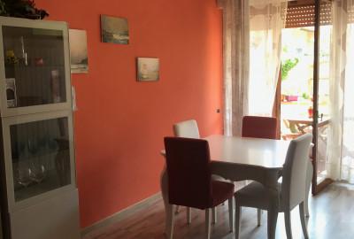 Marina di Carrara, zona residenziale, appartamento di 100mq calpestabili con 3 camere, doppi servizi, sala e cucina.